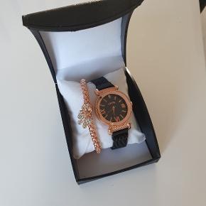 Pris : 200 DKK Dette urtroligt smukke dameur har en sort meshlænke med sort og rosaguld urskive. Remmen kan justeres til ethvert håndled, da den magnetiske lukkemekanisme kan fastgøres hvor som helst på remmen - men er du i tvivl, er remmens størst mulige omkreds 24 cm. Materiale:Legeringer,Vandtæt:3 ATM) 1× rosaguld armbånd 1 ×gaveæske