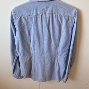 Slim fit skjorte fra Ralph Lauren- kun brugt få gange. Str 8. Evt forsendelse er på købers regning :-)