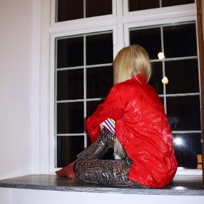 - BENYT 'KØB NU' FUNKTIONEN, VED KØB -  Flot rød bluse med orientalsk mønster. Blusen har lange ærmer, påsyet lommer og en løs pasform. Den har en dekorativ knappelukning, og kan åbnes fuldstændigt op foran.   ○ Mærke: Kaiyu ○ Størrelse: S - Ærmelængde: 54 centimeter  - Skulderbredde: 55 centimeter  - Brystmål: 55 centimeter - Taljemål: 52,5 centimeter  - Længde:  71 centimeter  ○ Fit: Løs pasform - stor i størrelsen og fitter en str. XS-M, afhængig af hvor løst man ønsker den skal sidde ○ Stand: Næsten som ny ○ Fejl/Mangler: Ikke umiddelbart ○ Materiale: Ukendt - intet indvendigt mærke