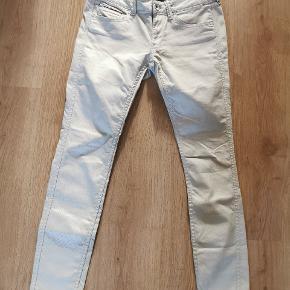 De fedeste jeans! Modelnavn Sophie Grey Violet i str 29/30. Coatede lysegrå med let perlemoreffekt. Lav talje og skinny ben. Brugt 4 gange og fremstår næsten som nye.