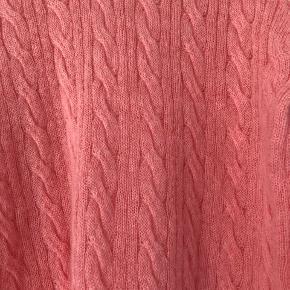 Super fin og let strik i den fineste coral farve.