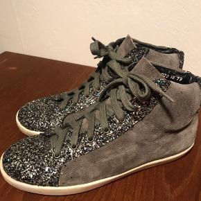 Sneakers med glimmer i rigtig god stand.  Kan afhentes i København SV eller sendes (modtager betaler fragt)