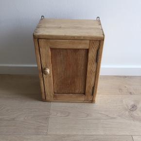 Fint lille skab der kan bruges til nøgler i entréen eller til krydderier i køkkenet eller til små opbevaring på badeværelset. Måler 27b, 39l og 17d