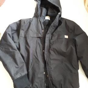 Varetype: Lækker jakke med hætte Farve: Sort Oprindelig købspris: 1199 kr.  Så lækker jakke, der er virkelig velholdt og flot i farven. Dog er den syet forneden på det ene ærme - ikke noget man ligger mærke til ved brug, men deraf prisen.