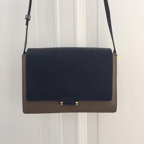 INGRID taske.  NYPRIS 3999.- Olivengrøn, sort og snakerem Størrelse 7 x 17 x 26 cm.