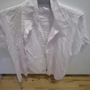 Jeg har en superflot dameskjorte med korte ærmer af mærket Micha I str 42 som jeg gerne vil sælge. Prisen kan forhandles. Varen kan sendes- køber betaler fragt