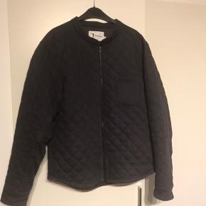 Quiltet jakke fra Be The logo.