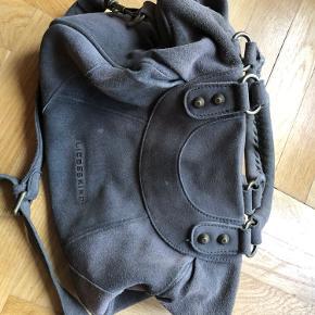 Cool rummelig ruskindstaske i grå. Bytter ikke  Se min Instagram #secondlove_holstein