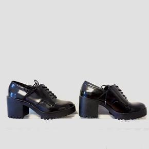 Smarte, sorte sko fra Zara i kunststof. Behagelig pasform. Kun brugt 2 gange og sælges derfor.