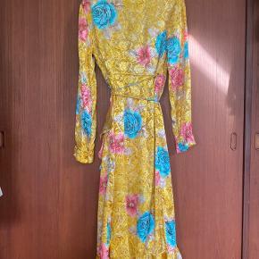 Smuk gul slå om kjole. Fremstår uden slid og brugstegn (dog lavet af genbrugsstof så ikke ny)