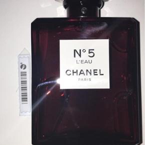 💋 Chanel No 5 dressed in red 💋  Chanel No 5 edp & No 5 L'eau er kommet i en flot rød forklædning. Duften er den samme skønne duft som altid, men i en rød jule edition.   Jeg sælger da den ikke lige var mig alligevel. Den kunne DSV. Ikke byttes - jeg har brugt et enkelt sprøjt da jeg ikke vidste om jeg kunne lide den eller ej, der hørte alarm med i kassen så den var helt ny da jeg pakkede den ud. Ingen kvittering  100ml har en værdi af fra nypris 1200,-