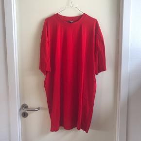 T-shirt i en str XXXL, men er aldrig blevet brugt. Købt til at bruge som kjole, men er altså en herre t-shirt, har bare aldrig fået den brugt.   🛍 Sender med DAO 🛍 Køber betaler fragt 🛍 Kommer fra et IKKE ryger hjem 🛍 Tages ikke retur