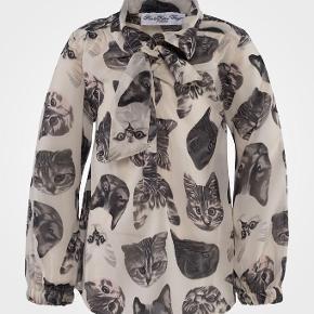 Varetype: Den fineste skjortebluse bluse skjorte Størrelse: 12år Farve: Se billede  Den mest vidunderlig florlette skjortebluse med katteansigter  Helt som ny...