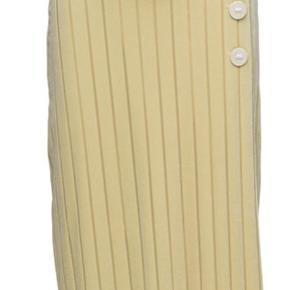 Varetype: Midi Farve: Gul Oprindelig købspris: 1199 kr. Prisen angivet er inklusiv forsendelse.  Sød By Malene Birger nederdel, style Pronaso sælges. Aldrig brugt den.