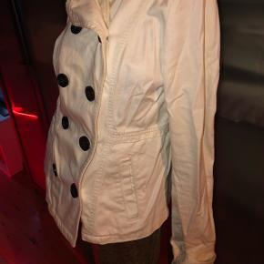 Pæn denim jakke i hvid. Den sidder kropsnært ved livet. ✨