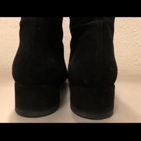 Varetype: Støvletter Farve: Sort Oprindelig købspris: 1100 kr.  Flot ruskinds støvle... brugt 1 gang... bytter ikke  Ved ts handel plus gebyr Ved forsendelse pp sendes via DAO