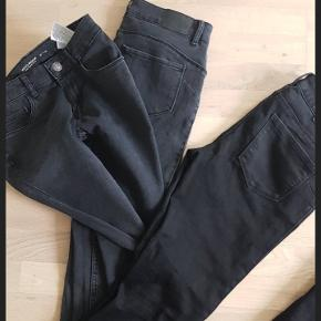 3par fede jeans fra vero moda.  Der er 1 par sorte tilbage og 2 par grå..  Str. S/32  De er vasket 2 gange og brugt en gang sælges da de ikke passer efter graviditet..  75pp pr. Stk.