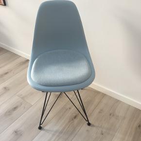 Original Charles Eames stol med sort stel og lyseblå skal og betræk. Fremstår som ny - dog med en enkelt svag plet på betrækket. Kvittering og certificering haves og videregives ved køb.