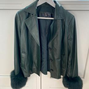 Sælger denne smukke Meotine jakke, da jeg ikke får den brugt. Købt for 4000kr for et lille halvt år siden og kun brugt få gange. Fejler absolut intet. Modellen er Blake Jacket i den grønne farve.