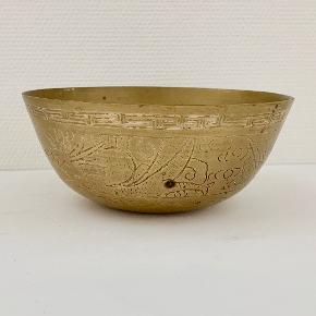 Vintage kinesisk skål af messing fra 1900-tallet. Skålen er graveret med Ming Xuande stempel. Højde: 10 cm Diameter: 22,5 cm Fremstår med aldersrelateret slid og patinering - se billede.
