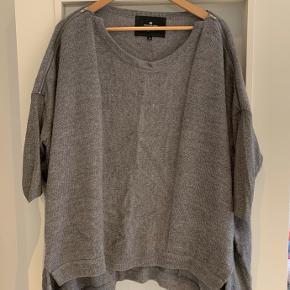 Flot oversize sweater med 3/4 sommerfugleærmer. Falder så flot!   Det er en str. s, men en m eller lille large vil også kunne være i den.