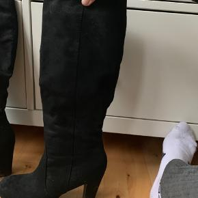 Flotte støvler/stiletter, brugt på få gange. Kom med et bud  Spørg løs for flere billeder eller anden information. Tjek også gerne mine mange andre annoncer 🥰🤪