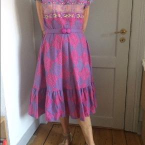 Vintage kjole fra 50'erne / 60'erne . Jeg sælger kjolen for min mor som har købt den i en ekslusiv vintage genbrugsforetning for 500 kr  .   Jeg forhandler ikke prisen.