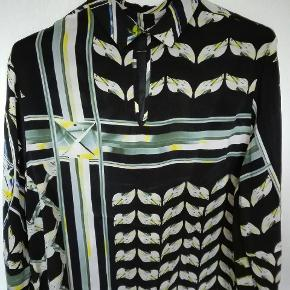 Silkeskjorte fra Lala Berlin. 2 knapper i kraven bagtil, god vidde over brystet pga. læg foran.  Bytter ikke.