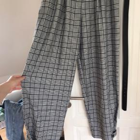 Er købt i forkert størrelse, så derfor sælges disse ellers super fine bukser. Modellen er højtaljet, og bukserne sidder løse nede ved fødderne