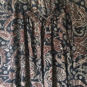 Ny sort og brun bluse der er i butikken nu Brystmålet er 2 x 78 cm Længde 75 cm