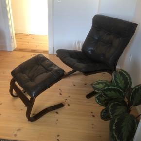 Super fin sort/brun Skyline læderlænestol fra Einar Hove med tilhørende skammel.  Ingen huller eller lign.  Skamlen har få markeringer på træet som anvist. Kommer fra et røgfrit hjem. Kan afhentes på Vesterbro/Frederiksberg