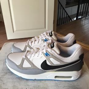 Super smarte air max sko i str 43 sælges . Aldrig brugt. Kan bruges af begge køn. Sælger ud af min samling af Nike sko. Køber betaler fragt.