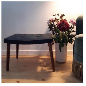 Skammel, fodskammel eller cafebord til sofa eller lænestol, med teaktræsben og sort sæde. H: 35cm, sædet L: 47cm og b: 34cm ☕🌼