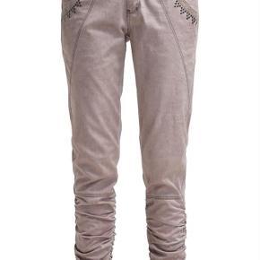 Varetype: Bukser / jeans Farve: Rosa / lyserød Oprindelig købspris: 699 kr.  Bukser/ jeans i S med rynk forneden. Farven hedder rosepowder. Vasket 1 gang i neutral vaskepulver men er ikke blevet brugt.  Se også mine andre ann. og få rabat ved køb af mere.