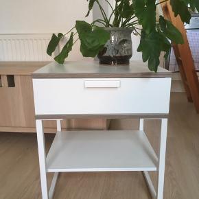 2 stk ens sengeborde/bord til planter el.l.  80 kr pr stk eller 150 for begge Under 2 år gamle  Afhentes hurtigst muligt i Haderslev!