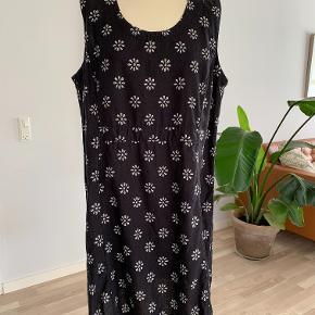 Flot kjole fra Uno str.2 (str. M). Kjolen fremstår meget flot, brugt et par gange. Længde 92 cm, brystomkreds 114 cm og 130 cm. Materiale; 55% hør og 45 % bomuld. Fra ikke ryger hjem.