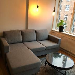 Fin chaiselong sofa.  Chaiselongen måler 1,50 m. og sofaen måler i længden ca. 1,90 m. Chaiselongen kan vendes. Ved venstre armlæn er pladen under betrækket knækket et sted. Intet man bemærker eller ser. Sofaen er halvandet år gammel, og i fin stand. Sælges pga flytning. SKAL VÆRE VÆK INDEN D. 12/12. Afhentning foregå på Østerbro og skal ned fra 2. Sal. 💫