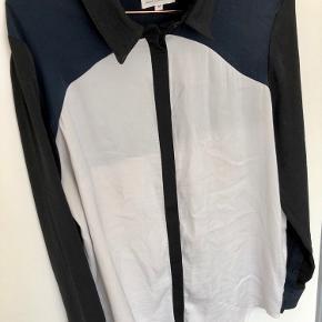 Fin skjorte, den er ikke brugt så meget. Den har dig nogle pletter bag på, de er ikke forsøgt fjernet, men den sælges billigt🌻  Det kan ses på billede 3.  Jeg er åben for bud🌼  Kan afhentes i Odense eller sendes på købers regning 🌱