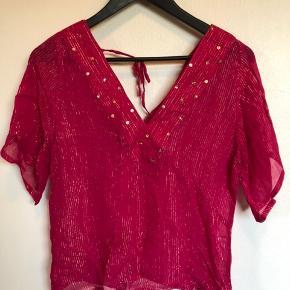 Så fin bluse i pink med guld tråd.