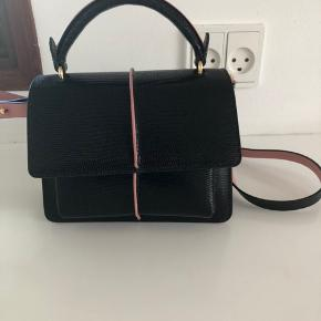 Super fin Marni taske attache mini bag Black/ Rose. Læderet er præget, se billedet.   ATTACHE' bag in calfskin leather Crossbody bag with flap and top handle 3 compartments, 1 of which is zipped; 2 internal and 1 rear pocket Adjustable shoulder strap; magnet flap closure Made in Italy Carry Over Item  50% Bovine  22% Cotton  18% Polyurethane  10% Real Brass MEASUREMENTS  Width 17.5 cm  Length 31.5 cm Height 22.0 cm