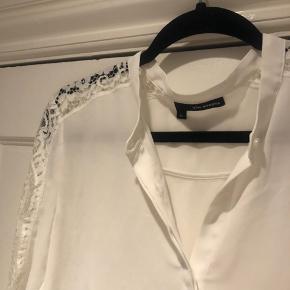 Super fed skjorte med blondedetaljer langs ærmerne. Str 38. Brugt men i fin stand