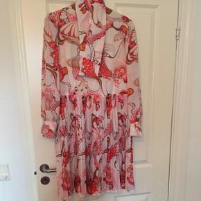 Ægte vintage fra farmors klædeskab! Rigtig pæn stand - lugter dog af loft og sælges derfor. Kan formentlig fjernes med en rens?Mavebånd med knapper medfølger. Str. 44. Her får du en helt unik kjole ... ⭐️