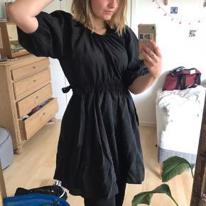 Sælges, da jeg dsv ikke nåede at sende pakken tilbage. Derfor helt ny🤍 Rigtig fin sort kort kjole med sløjfer i livet. Kan bruges både til hverdag, og ellers tror jeg den vil være god til en begravelse Tjek gerne min shop ud, hvor der er flere ting jeg ikke nåede at sende tilbage🙄