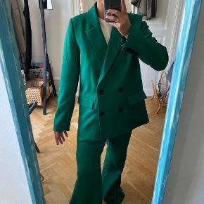 - Grønt iøjnefaldende sæt med:  - blazer i str 38, knapper og lommer - vidde bukser uden elastik i str 36, længden svarer til en 32  - Sælges samlet - Brugt tre gange