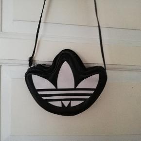 Super flot adidas taske med det klassiske logo. Crossbody og stroppen kan justeres