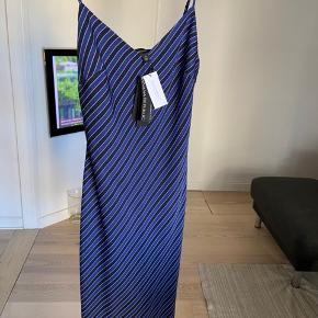 Virkelig flot silkekjole med spaghetti-stropper.  Meget elegant med enormt flot pasform.   Byd😁