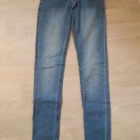 Str. 27/32. Næsten nye jeans. Brugt/vasket enkelt gang.