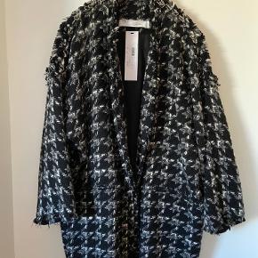 Oversized jakke fra IRO 2018 AW navn: Trouble Jacket - fitter alt fra str. 34, 36, 38.  Jeg bruger selv 34-36, og den passer helt fint af en oversized jakke i 38 at være - overgangsjakke/vinterjakke. Brugt MEGET få gange   Den går ca. til knæene, jeg er 168 cm høj.  Billede tre er et screenshot fra Netaporter, hvor jakken stod til 820$ svarende til 5.165 kr.