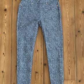 Rigtig lækre bukser/gamacher, med elastik i livet og snyde lommer og lynlås foran. Bagpå er der rigtige lommer.  Købt sammen med blå T-Shirt også fra Michael Kors. Brugt 2 gange. Fra ikke rygerhjem.  #30dayssellout