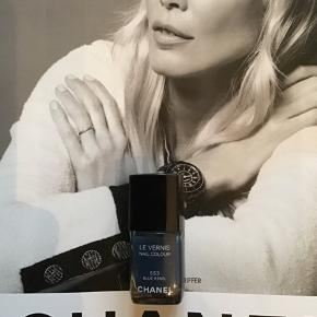"Fin farve fra Chanel:  553 Blue Rebel kun prøvet på en gang. Kanten går et stykke over teksten ""les vernis"" så den er næste helt fyldt . Toplåg medfølger , asken følger ikke med.  Kan sendes med Postnord som brev for 20 kr ved mobilpay.  Søgeord: nail polish blå les vernis colour neglelakker neglelak"